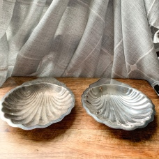 https://www.etsy.com/ByThePoole/listing/774456101/oneida-silversmiths-shell-dishes-set-of?utm_source=Copy&utm_medium=ListingManager&utm_campaign=Share&utm_term=so.lmsm&share_time=1580761912702